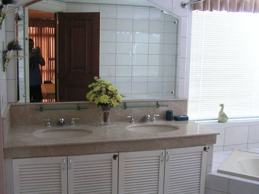 Aspen Towers - Bathroom with Wash Basin