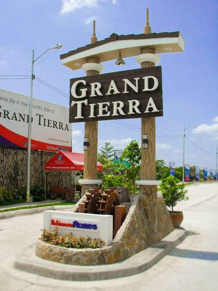 Grand Tierra - Grand Tierra Entry Marker